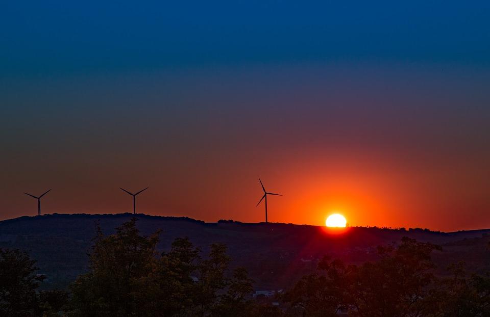 Větrné elektrárny se již staly běžnou součástí krajiny mnoha evropských zemí.